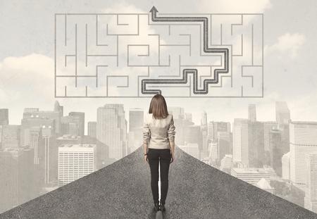 solucion de problemas: Mujer de negocios mirando a la carretera con laberinto y concepto de la solución