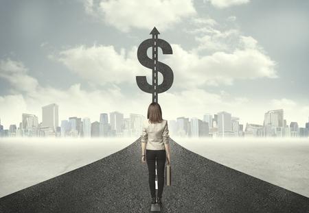 signo pesos: Mujer de negocios en carretera en dirección hacia un concepto de signo de dólar
