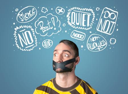 guardar silencio: Hombre joven con la boca pegada y blancas dibujadas nubes de pensamiento alrededor de la cabeza