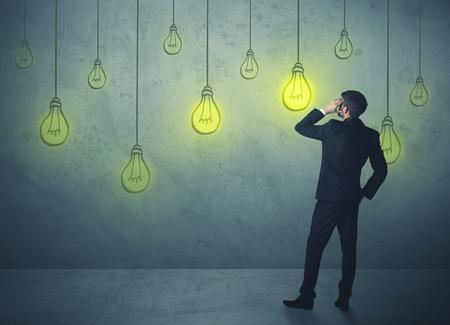 gestion empresarial: hombre de negocios con las bombillas que cuelgan