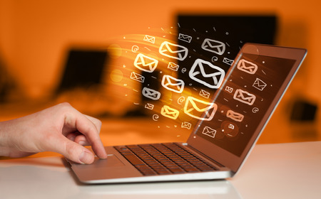 Concept van het verzenden van e-mails vanaf uw computer