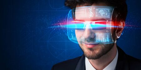 Man met toekomstige high-tech slimme bril begrip