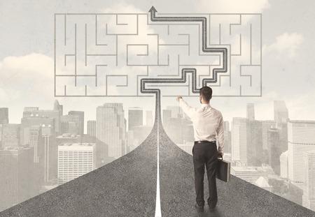Üzletember nézi úton labirintus, és megoldási koncepció Stock fotó