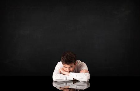 depresión: Hombre de negocios deprimido sentado en un escritorio