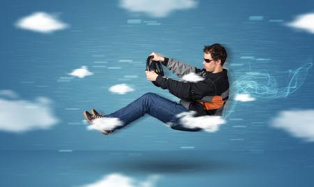 面白い racedriver 若い男が青の背景に雲概念間運転