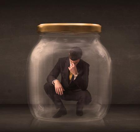 negocios comida: El hombre de negocios cierra en un concepto frasco de vidrio en el fondo