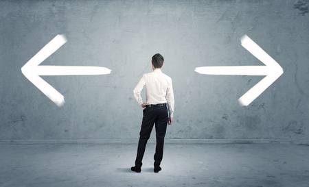 Egy üzletember Kétség kelljen shoose két különböző választási jelölt nyíl az ellenkező irányba koncepció