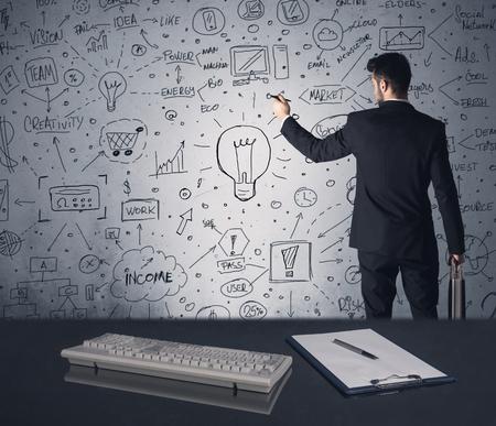 lluvia de ideas: Un empleado de oficina ideas estrat�gicas de dibujo inteligentes y los futuros planes de palabras clave en la pared, en una reuni�n de intercambio de ideas en el concepto de oficina
