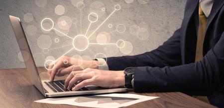 Een kantoor verkoper in elegante pak werken aan een wetenschappelijk project met de hulp van een laptop-concept Stockfoto