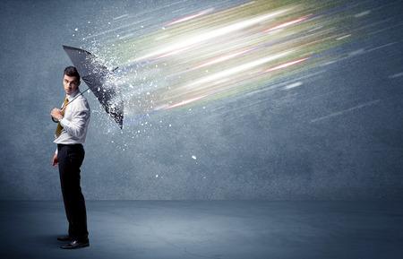 Business man verdedigen lichtbundels met paraplu concept op achtergrond