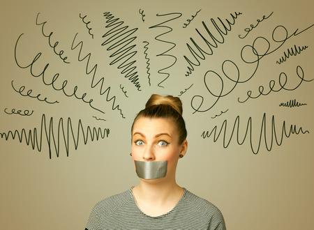 Jonge vrouw met afgeplakte mond en krullende lijnen rond haar hoofd Stockfoto