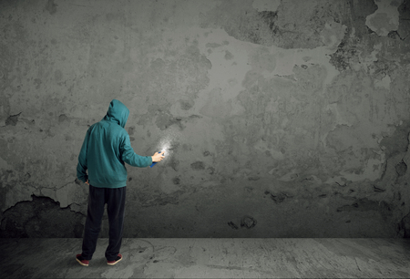 壁に落書きを描画を開始若い都市画家 写真素材