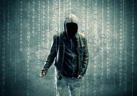 Egy felnőtt online névtelen internetes hacker láthatatlan arc a városi környezet és a kódok száma illusztráció koncepció Stock fotó