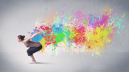 danza contemporanea: Un cobarde contemporáneo hip hop bailarina bailando delante de fondo gris con colorido concepto salpicaduras de pintura brillante