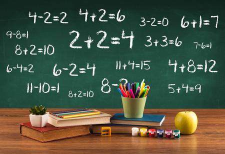 Volviendo al concepto de escuela con pizarra llena de números y escritorio estudiante ocupado Foto de archivo - 49618484
