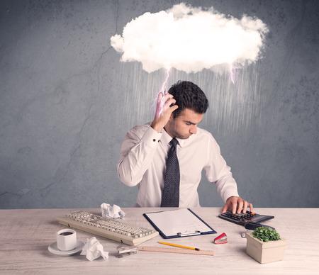 hombre pensando: Un empleado de oficina elegante está teniendo un mal día, mientras trabajaba, ilustrado por una nube blanca sobre su cabeza con fuertes lluvias y el concepto de truenos
