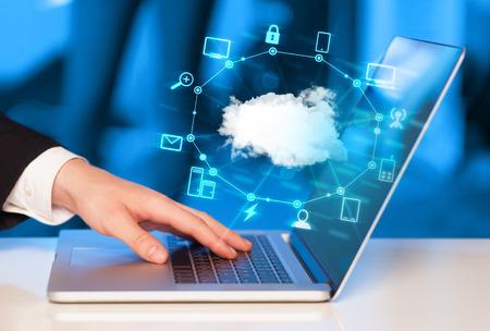 Рука работает с диаграммой Cloud Computing, новая концепция технологии
