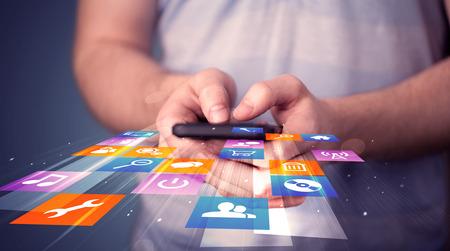 Az ember, aki okos telefon, színes alkalmazás ikonok jön ki