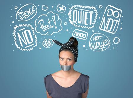 guardar silencio: Mujer joven con la boca pegada y blancas dibujadas nubes de pensamiento alrededor de la cabeza