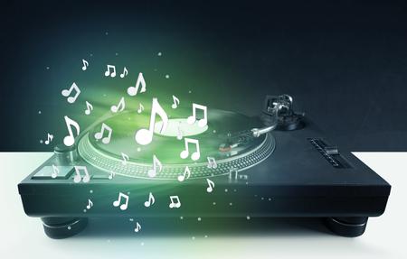 party dj: Reproducción de música de la placa giratoria con notas de audio brillantes concepto en el fondo