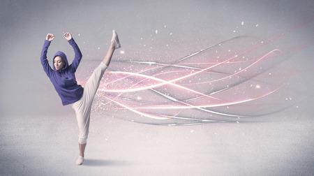 bailarin hombre: Una hermosa bailarina de hip hop bailando la danza contemporánea ilustrado con líneas de movimiento brillantes en el concepto de fondo.