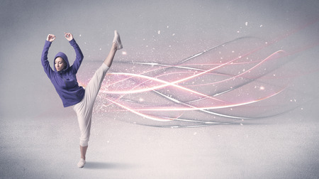 danseuse: Une jolie danseuse hip-hop dansant la danse contemporaine illustré avec des lignes de mouvement élogieux dans le concept de fond. Banque d'images