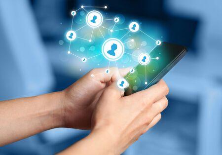 redes de mercadeo: Dedo que señala en el teléfono inteligente con la red social Ilustración Foto de archivo