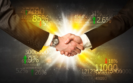 bolsa de valores: Apretón de manos de negocios con el análisis del número de Foto de archivo