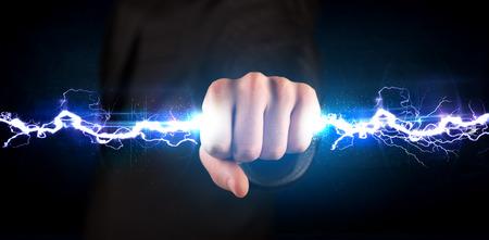 rayo electrico: Hombre de negocios que sostiene perno luz eléctrica en su concepto manos
