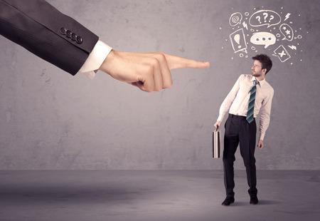 confundido: Un joven empresario confundido siendo despedido por concepto de mano de gran jefe con las burbujas del discurso elaborado, exlamation, signos de interrogación