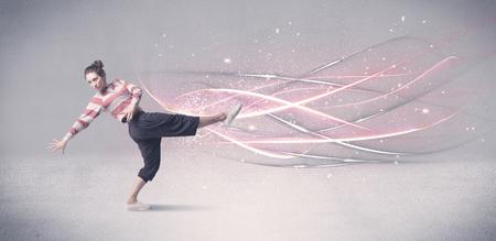 danza contemporanea: Una hermosa bailarina de hip hop bailando la danza contemporánea ilustrado con líneas de movimiento brillantes en el concepto de fondo.