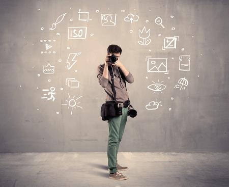 amateur: Una man�a fot�grafo aprendizaje aficionado a utilizar una c�mara digital profesional con ajuste de la c�mara iconos en el concepto de la pared de fondo