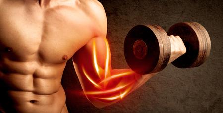 dolor muscular: Levantamiento de pesas culturista Fit con el concepto de músculo rojo en el fondo Foto de archivo