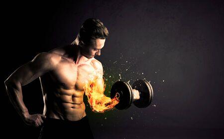 culturista: Bodybuilder atleta de levantamiento de pesas con fuego explotar concepto brazo en el fondo