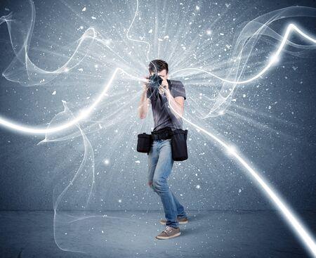 amateur: Un joven fotógrafo aficionado con equipos de fotografía profesional que toma el cuadro en frente de la pared azul con líneas blancas dinámico concepto de ilustración