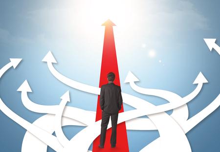confundido: Concepto de hombre de negocios confundido con diferentes flechas de direcci�n Foto de archivo