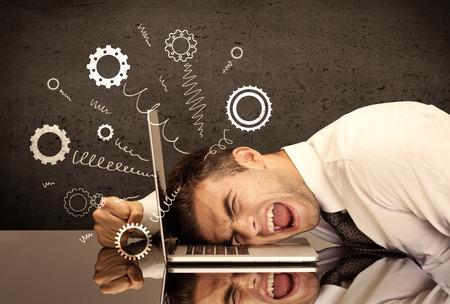 Falling apart Illustration Konzept mit Kurbeln, Zahnräder von einem satt und müde Geschäftsmann Kopf sprießen ruht auf Laptop-Tastatur Standard-Bild