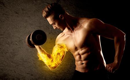 levantar peso: Culturista muscular levantamiento de pesas con llamas bíceps concepto en el fondo