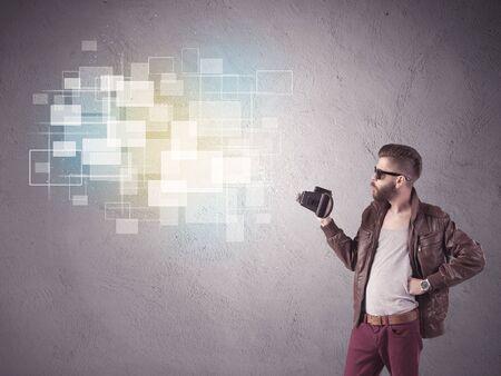 bonhomme blanc: Un hippie chic dr�le de gars capturer des moments lumineux et �clatant images carr�s avec un appareil photo illustration concept photo vintage Banque d'images
