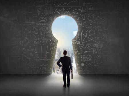 Üzletember nézi kulcslyukon fényes városkép koncepciója háttér Stock fotó