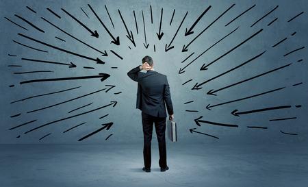 Un hombre de negocios confusa bajo pressur después de hacer una mala decisión ilustrada ahora con flechas apuntando a él en claro concepto espacio urbano azul