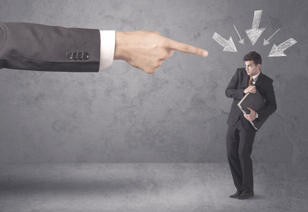 jefe enojado: Un jefe de la oficina de culpar de aficionados jóvenes y persona de negocios principiante con gran mano, flechas dibujadas señalándolo concepto Foto de archivo