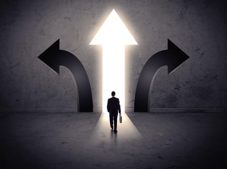 flecha direccion: Un hombre de negocios de duda, tener que elegir entre tres opciones diferentes indicadas por las flechas que apuntan en direcci�n opuesta concepto