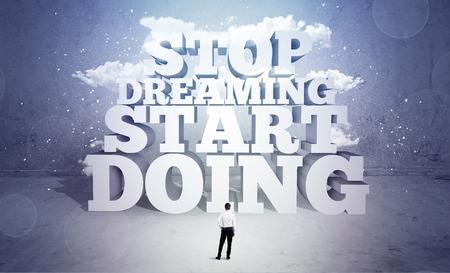 soñando: Un vendedor perezoso de pie en el espacio emty con letras de imprenta grandes ilustración que dice la parada soñando inicio haciendo y cielo concepto