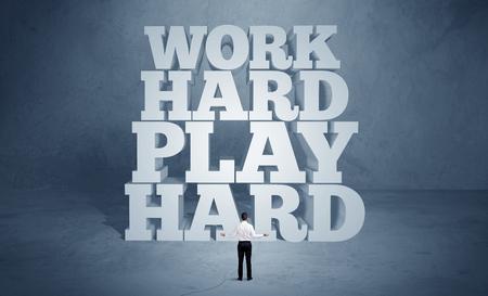 trabajando duro: Un vendedor de confianza en el juego que se coloca delante de las letras de molde ilustrados diciendo trabajo juego duro concepto difícil