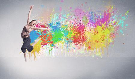 Un génial contemporaine hip hop danseur en face de fond gris avec coloré concept d'éclaboussure de peinture brillante Banque d'images - 55116858