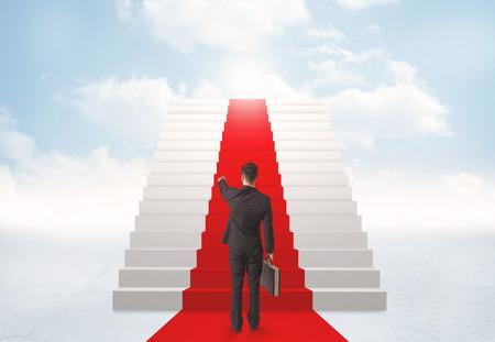 personas de pie: Empresario busca en escaleras al cielo Foto de archivo