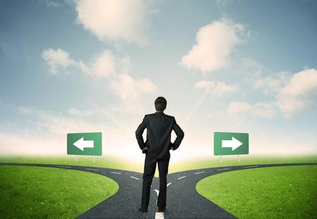persona de pie: Concepto de opciones importantes de un empresario