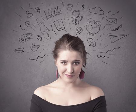 vida social: Una chica de cabello castaño oscuro bastante adolescente con pensamientos en la cabeza ilustrado por el signo de interrogación, cohete, dinero, café, reloj, correo electrónico, iconos de la vida social, dibuja en el concepto de la pared de fondo.