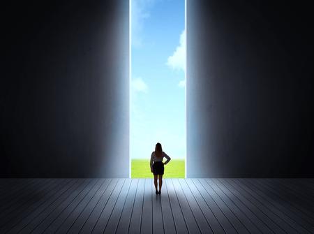 Concept van de carrière en de vrijheid van de natuur met een heldere open poort